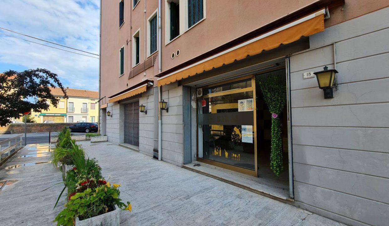 5 - Gruppo Vela Battaglia ingresso strada laterale bar